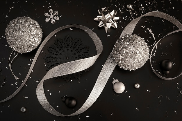 Vista superior de adornos navideños con cinta