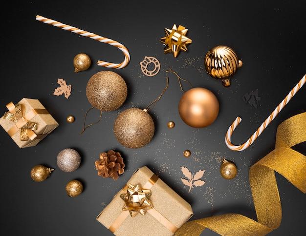 Vista superior de adornos navideños dorados con presente