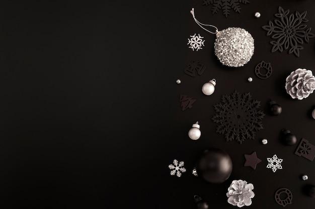 Vista superior de adornos navideños con espacio de copia