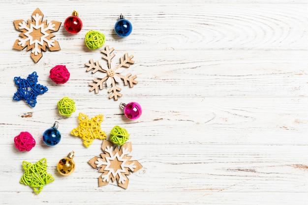 Vista superior de adornos navideños y juguetes sobre fondo de madera