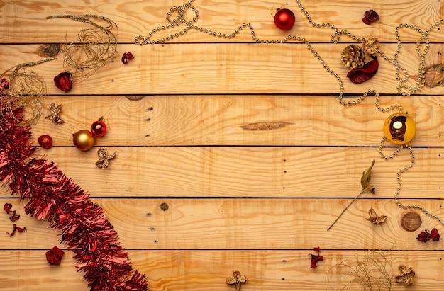 Vista superior de adornos navideños en una textura de madera