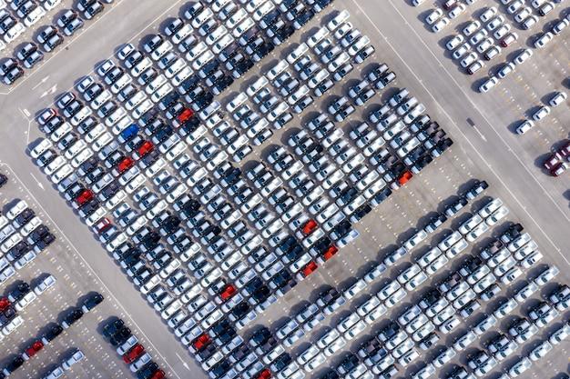 Vista superior aérea de autos nuevos alineados en el puerto