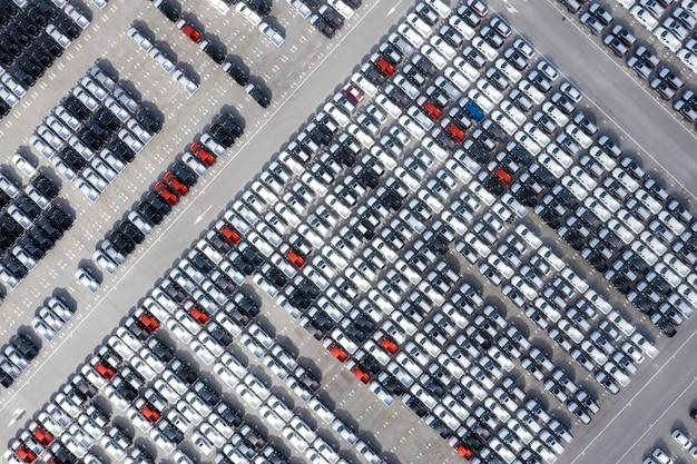 Vista superior aérea de autos nuevos de la fábrica de automóviles estacionados en el puerto