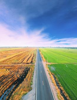 Vista superior aérea de la carretera entre campo verde
