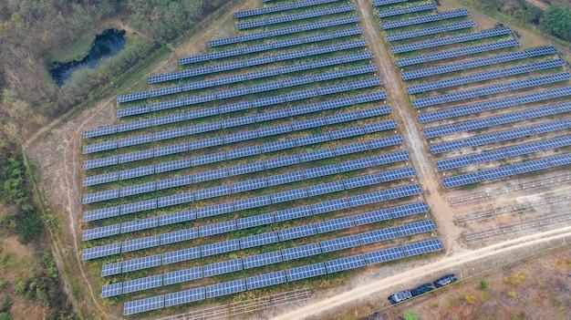 Vista superior aérea de paneles solares.
