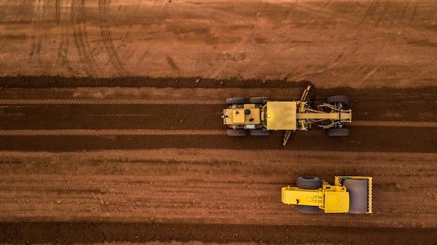 Vista superior aérea tractor y movimiento de tierras en el trabajo
