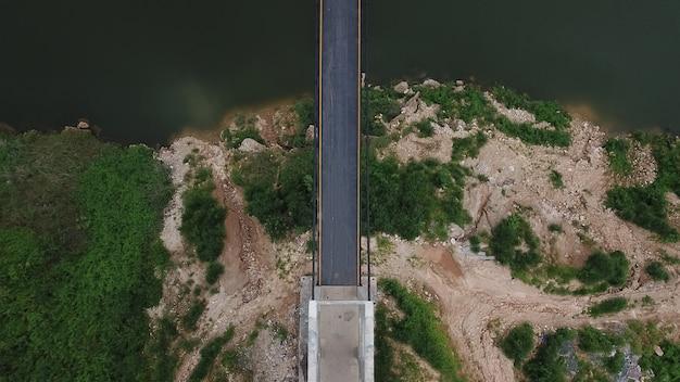 Vista superior aérea vista superior de la carretera a través de los árboles,