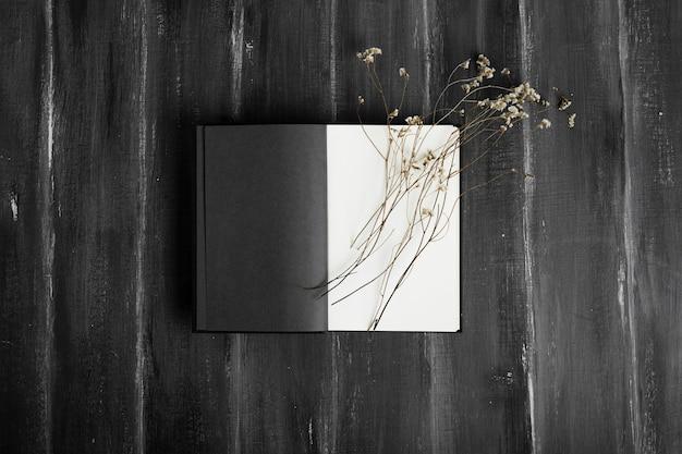 Vista superior de la agenda con flores.