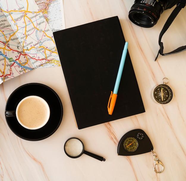 Vista superior de la agenda de planificación de viajes.