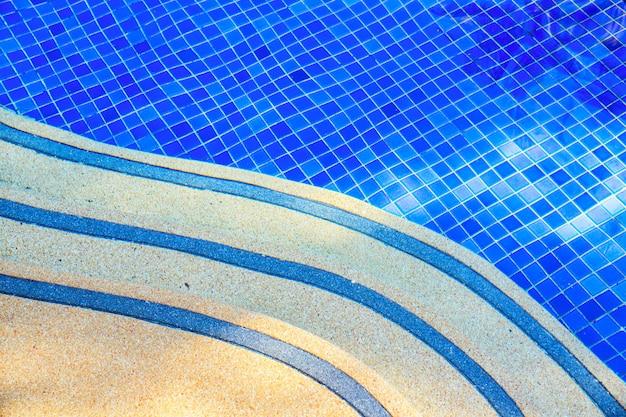 Vista superior de agua azul y escaleras en la piscina