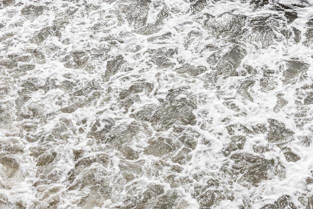 Vista superior de agua con espuma.