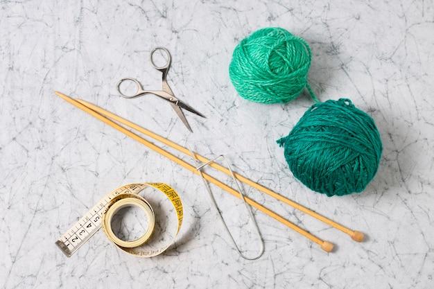Vista superior de agujas y hilo verde