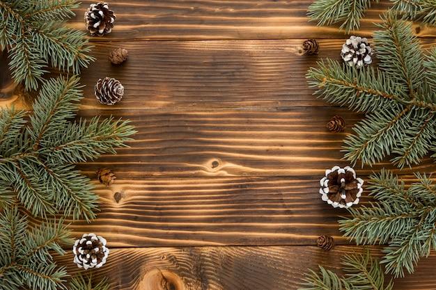 Vista superior de agujas de pino natural y conos de coníferas.