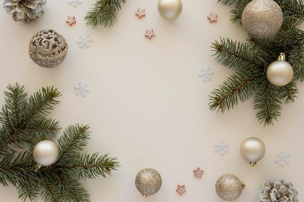 Vista superior de agujas de pino natural y globos navideños.