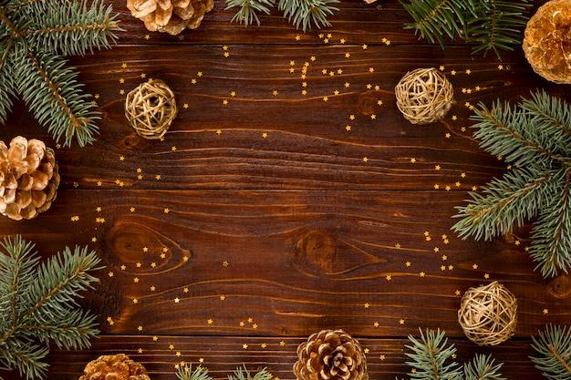 Vista superior de agujas de pino natural y pequeñas estrellas amarillas