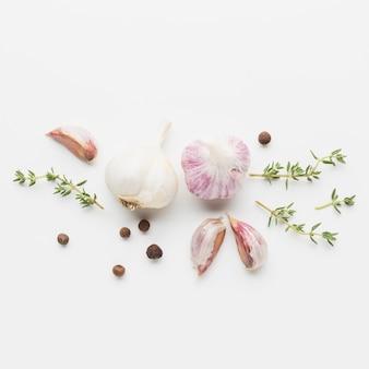 Vista superior de ajo y hierbas para cocinar