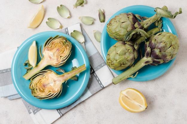 Vista superior de alcachofas en platos