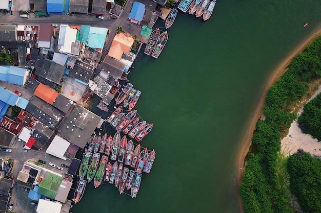 Vista superior de la aldea de la ciudad de pesca