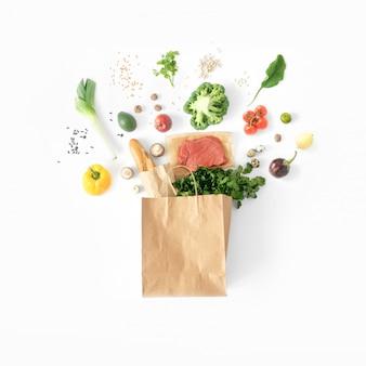 Vista superior de alimentación saludable bolsa llena de papel comida sana