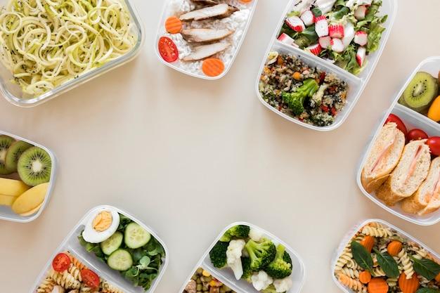 Vista superior de alimentos en contenedores