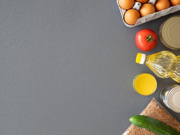Vista superior de alimentos frescos para donación con espacio de copia