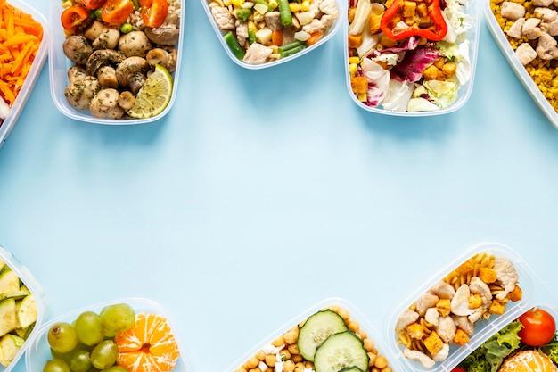 Vista superior de alimentos por lotes cocinados en la composición de los destinatarios con espacio de copia