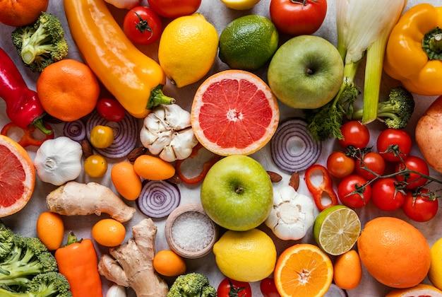 Vista superior de alimentos saludables para una composición que estimula la inmunidad.