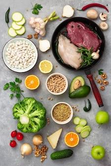 Vista superior de alimentos saludables diferentes alimentos de dieta en una mesa de luz