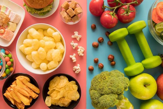 Vista superior de alimentos saludables y no saludables