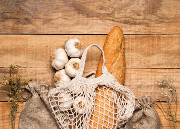 Vista superior de alimentos saludables y semillas sobre fondo de madera