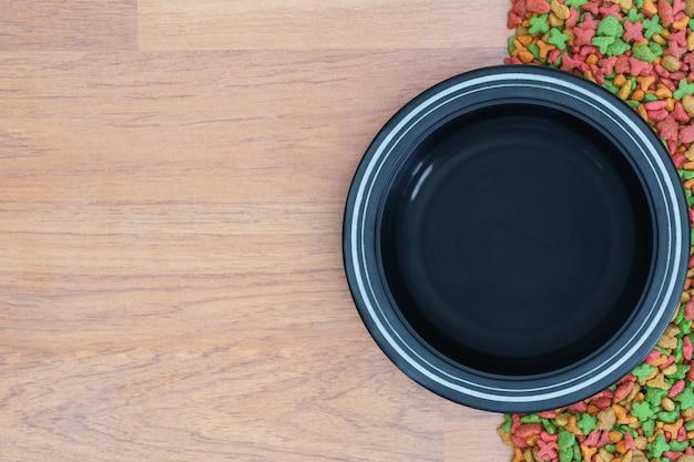 Vista superior de alimentos secos para perros y gatos con recipiente vacío