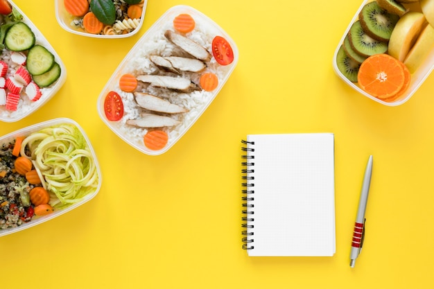 Vista superior de alimentos sobre fondo amarillo