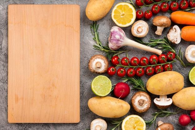 Vista superior de alimentos con tabla de cortar