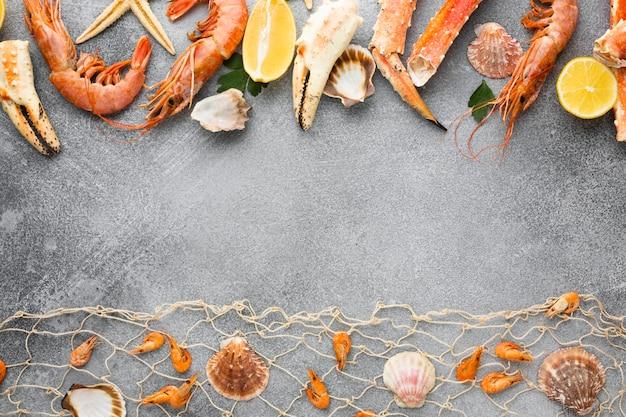 Vista superior alineados mariscos en la mesa