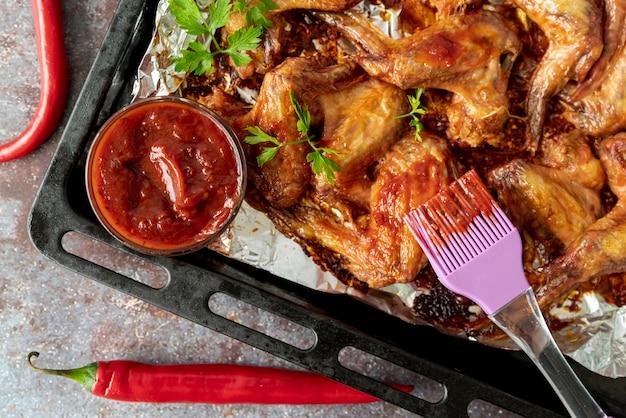 Vista superior alitas de pollo calientes en la bandeja para hornear