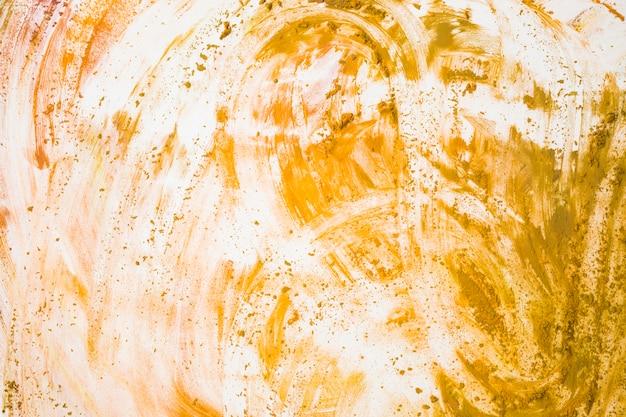 Vista superior de amarillo manchado sobre fondo blanco