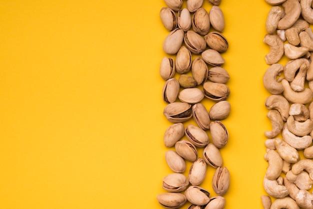 Vista superior de anacardos y pistachos