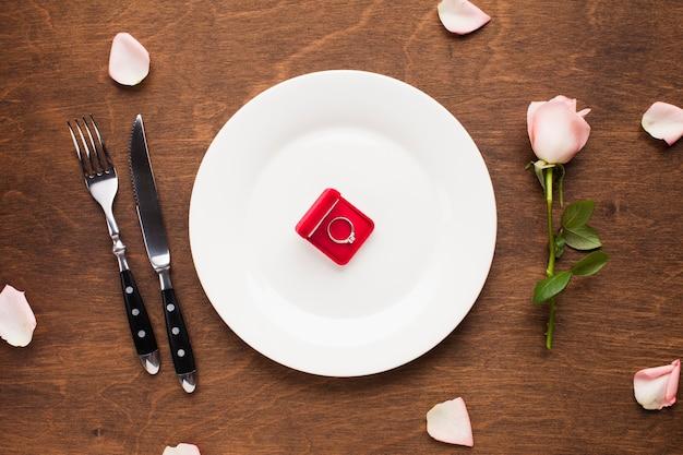 Vista superior del anillo en la caja en un plato