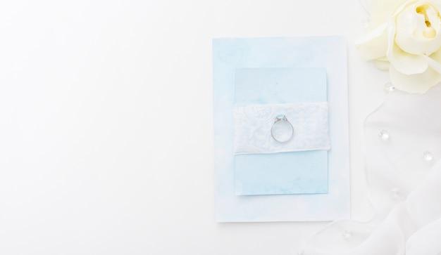 Vista superior del anillo de compromiso en la tarjeta de boda