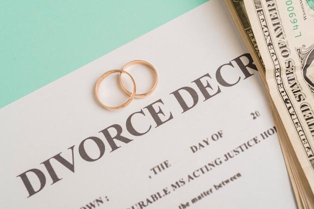 Vista superior anillos de boda dorados