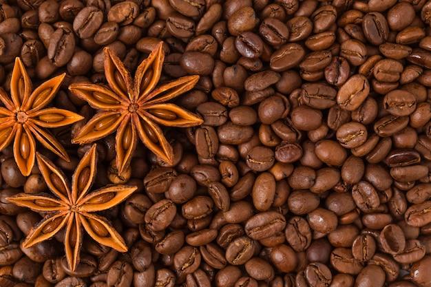 Vista superior de anis estrellado y granos de café