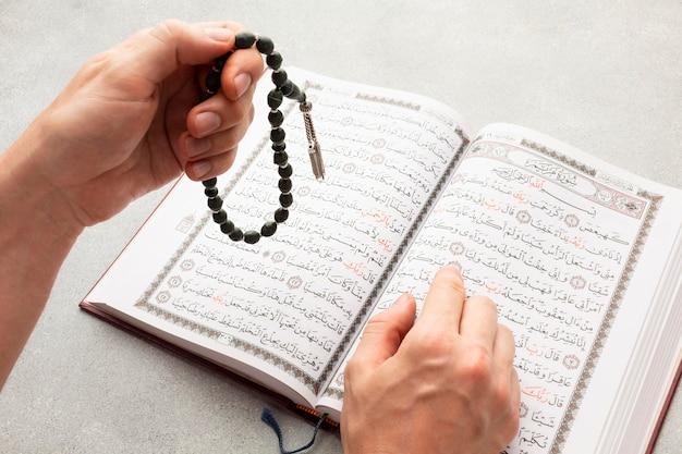 Vista superior año nuevo islámico con libro corán