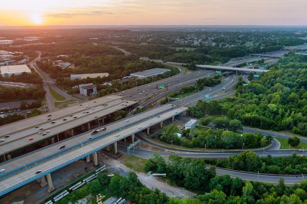 Vista superior de la antena del automóvil alfred e. driscoll bridge cruzando el río raritan en la ciudad