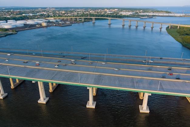 Vista superior de la antena panorámica automóvil alfred e. driscoll bridge cruzando el río raritan en la ciudad conectada de woodbridge y sayreville, nueva jersey, ee.