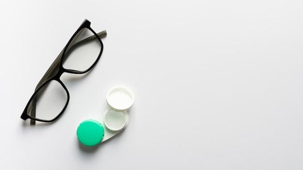 Vista superior de anteojos retro con estuche
