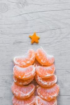 Vista superior del árbol de navidad hecho de naranja