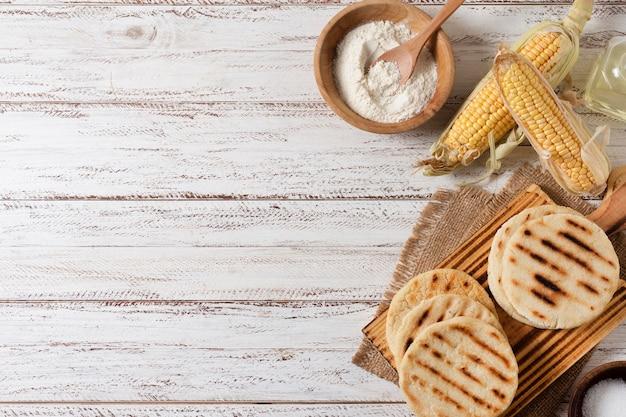 Vista superior de arepas y arreglo de maíz.