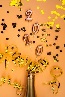 Vista superior del arreglo de 2020 dígitos y cintas de año nuevo