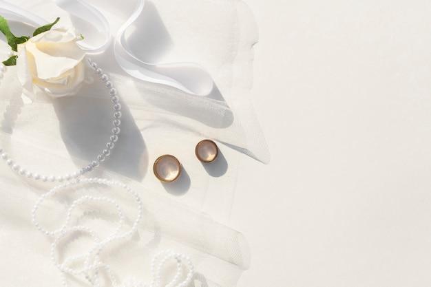 Vista superior arreglo de boda blanco con espacio de copia