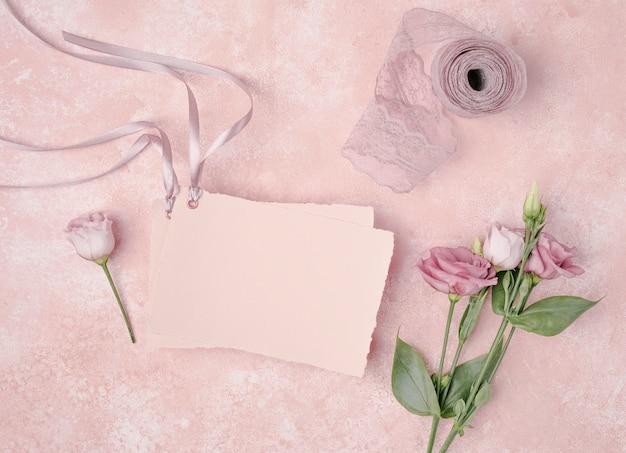 Vista superior arreglo de boda con invitación y flores.